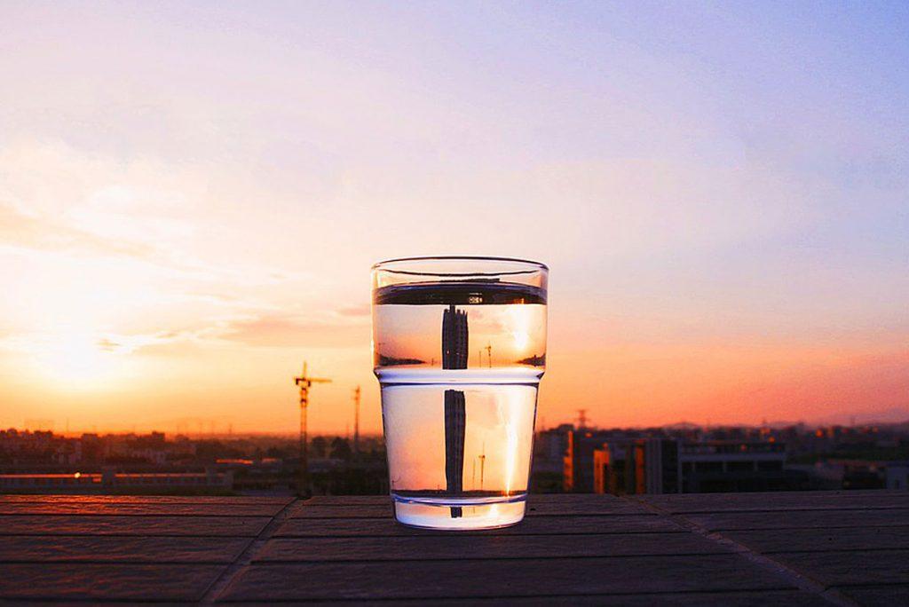 2. Ein Glas Wasser trinken. Das regt den Kreislauf und die Verdauung an.