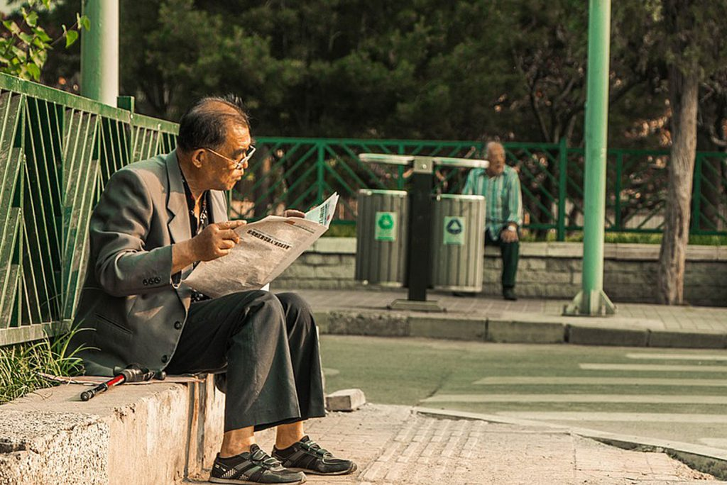 5. Ein paar Minuten Zeit nehmen. Am besten startet man den Tag mit einem kleinen Ritual. Sei es, die Zeitung zu lesen oder in Ruhe einen Kaffee zu trinken. Oder auch beides.