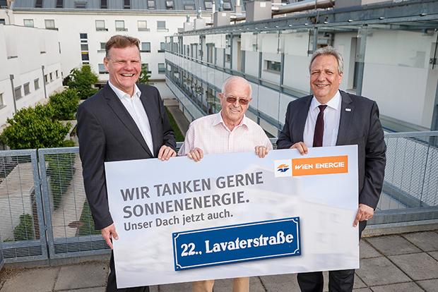 Michael Strebl und Michael Gehbauer mit einem der Bewohner der Lavaterstraße.