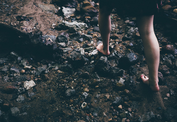 Barfuß über Steine